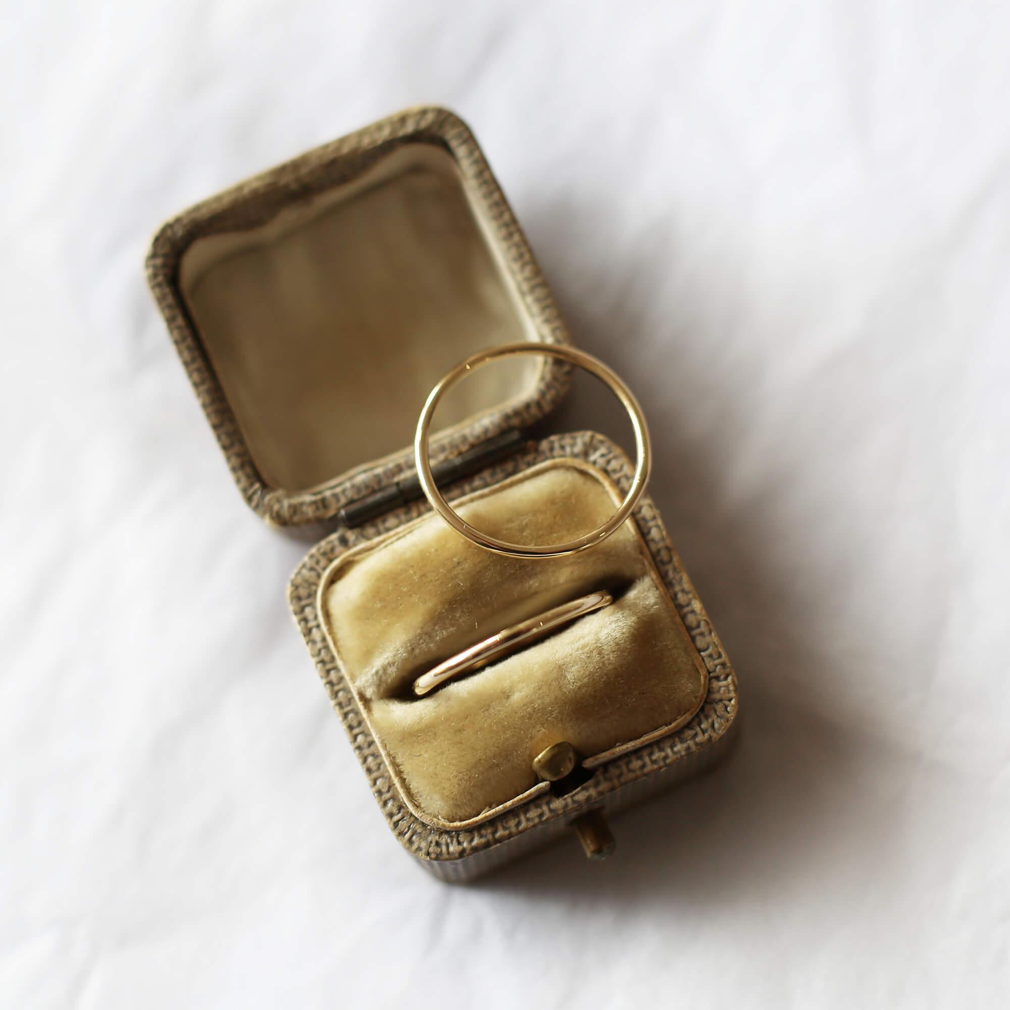 Skinny gold ring
